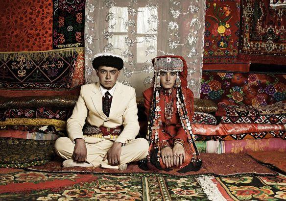 Xin-Zhao-Li-Newlyweds-in-Tashkurgan-2009-digital-chromogenic-print-cm-120x90